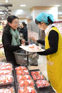 C170307イチゴ「越後姫」キャンペーンで試食・即売/全農にいがたDSC_0048