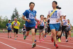エコ・5-5米のシャツを着て軽快に走る職員