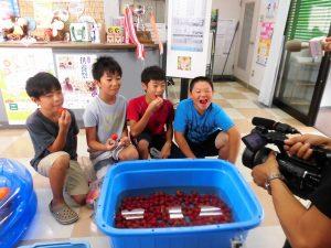 「甘い」と話しながらカルビたトマトを食べる子どもたち