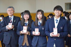 柏崎 常盤高校卒業生へ門出米の贈呈